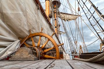 barco velero de madera antiguo con cuerdas y velas