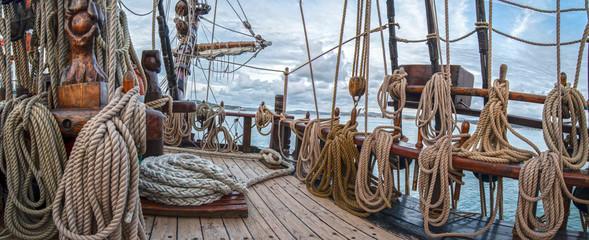 Foto auf Leinwand Schiff barco velero de madera antiguo con cuerdas y velas