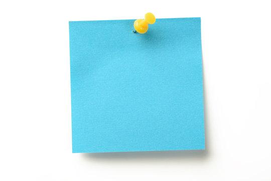 Posit de color azul y marcador amarillo clavado sobre fondo blanco