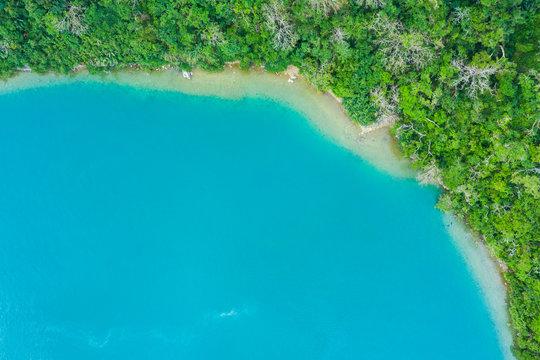 澄んだ海と自然豊かな陸地 空撮