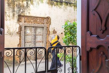 Papiers peints Zanzibar doorway into life in the aleeyways of stone town zanzibar