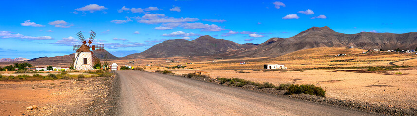 Foto op Plexiglas Zalm Magnificent idillyc Fuerteventura island with magic deserted landscapes