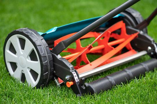 Rasen mähen umweltfreundlich - Handrasenmäher - Spindelrasenmäher