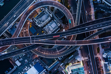 重なり合う高速道路の夜景 空撮