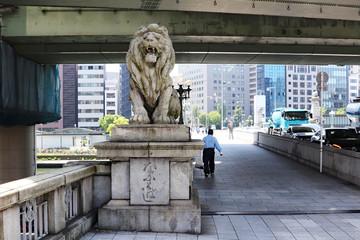 橋詰にたたずむライオン