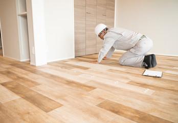 ヘルメットのビジネスマン 住宅リフォーム 汎用 床の採寸