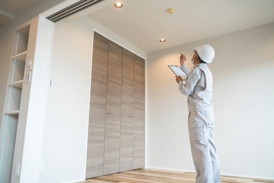 ヘルメットのビジネスマン 住宅リフォーム 汎用 指差し 天井 メモ