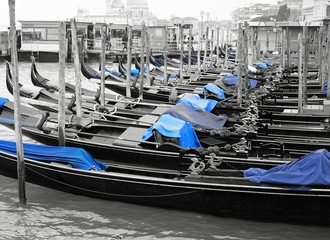 Türaufkleber Gondeln Black and white and blue shot of gondola boats on the Grand Canal in Venice, Italy