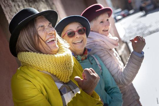 anziane amiche si divertono in viaggio
