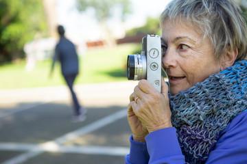 signora matura si diletta a fare un afotografia con la sua reflex