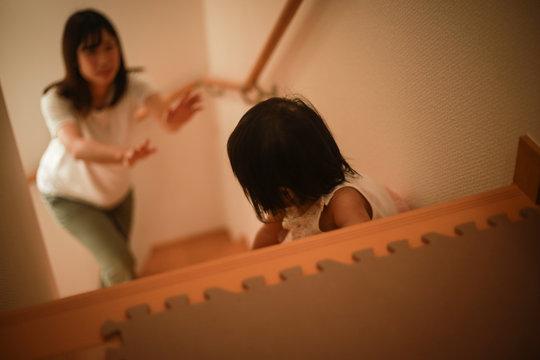 階段を下りようとする女の子