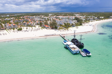Fototapete - Aerial view from drone on caribbean sea coastline with resorts and wooden pier