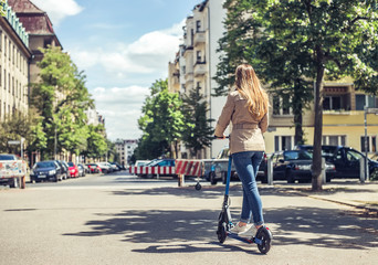 junge Frau mit e - scooter