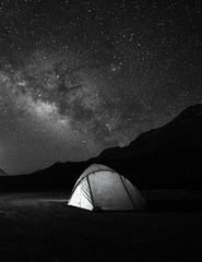 Spoed Foto op Canvas Kamperen camping under milkyway, sparkling Starry night