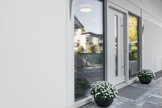 weisse Haustür mit Glaseinsatz