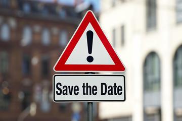 Save the Date auf Achtung Schild Stadt