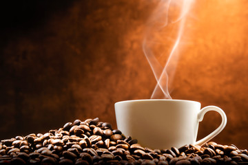 Photo sur Aluminium Cafe Cup of hot coffee with coffee beans