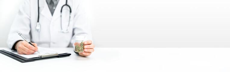 Arzt verschreibt medizinisches CBD Cannabis und Hanf als Medikamentmit weißem Hintergrund