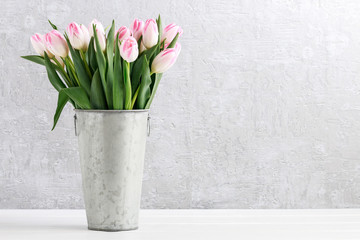 In de dag Tulp Pink tulips in silver bucket.