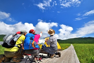 高原のキャンプ・草原のハイカー