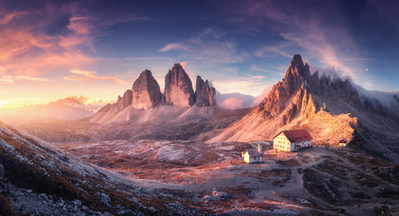 Photo sur Plexiglas Alpes Mountain valley with beautiful house and church at sunset in autumn. Landscape with buildings, high rocks, colorful sky, clouds, sunlight. Mountains in Tre Cime park in Dolomites, Italy. Italian alps
