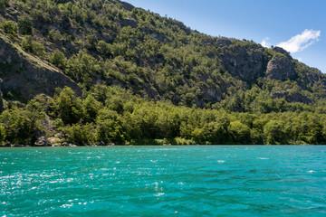 Montañas en las riberas del lago Cochrane