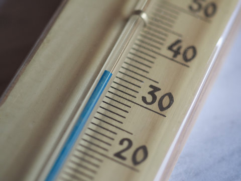 thermometer showing 33 C or 33 F degrees