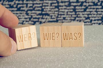 Obraz Würfel mit den Fragen Wer Wie Wo - fototapety do salonu
