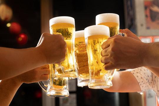 居酒屋でビールで乾杯をするイメージ