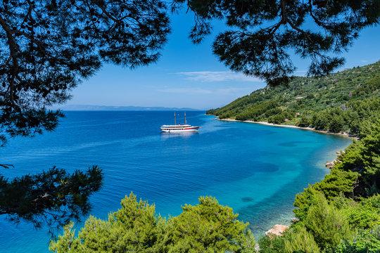 Mit dem Segelboot vor der Bucht bei Igrane in Kroatien