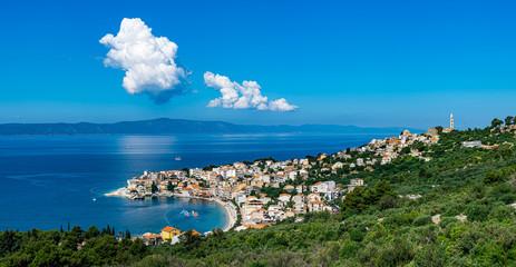 Panorama des kleinen Dorf Igrane mit Bucht in der Adria gegenüber der Insel Hvar in Kroatien