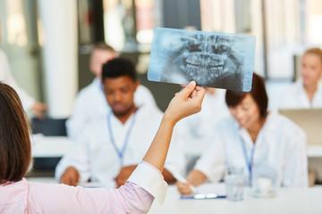 Referentin zeigt Ärzte Gruppe ein Röntgenbild