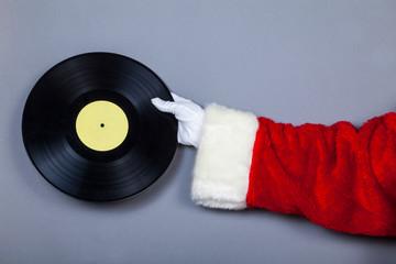 Weihnachstmann hält Schallplatte in Hand