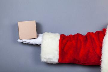 Weihnachtsmann hält kleines Paket