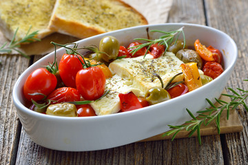 Griechische Vorspeise: Gebackener Feta mit Oliven, Tomaten, Paprika, Zwiebeln und Olivenöl  - Warm Greek appetizer: Baked feta cheese with olives, cherry tomatoes,  peppers, onions and olive oil