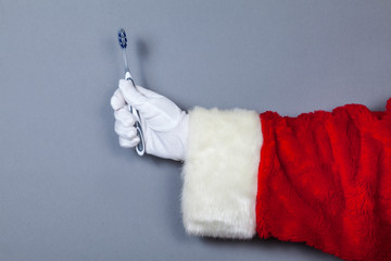 Weihnachtsmann hält Zahnbürste in Hand