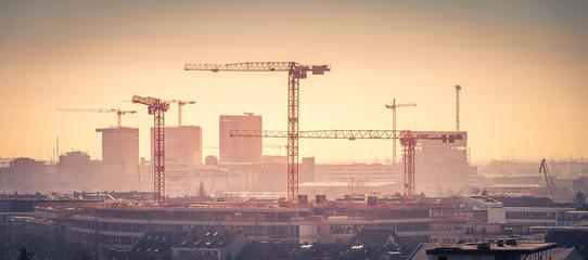 Im Panorama der Skyline zeigt sich die starke Entwicklung Bautätikeit am Immobilien Standort Düsseldorf