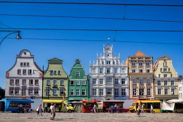 Fotomurales - historische häuserzeile am marktplatz von rostock, deutschland