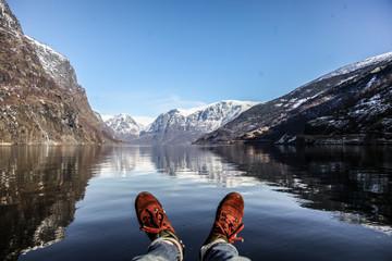 pied face au fjord de Norvège style de vie