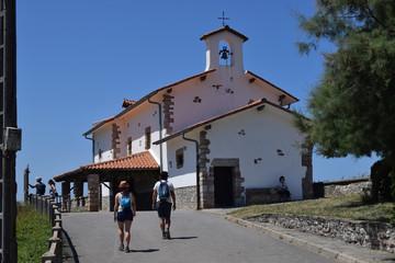 Ermita de paredes blancas de Zumaia, España.