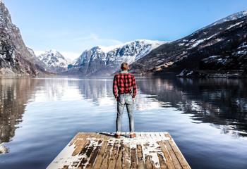 homme de dos donnant sur les fjords de Norvège