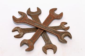 Alte Schraubenschlüssel im Stern aufgestapelt