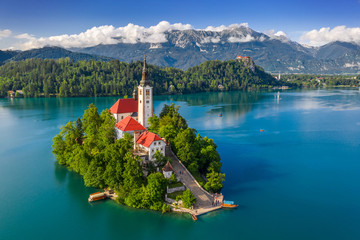 Bled, Slovenia - Aerial view of beautiful Lake Bled (Blejsko Jezero) with the Pilgrimage Church of the Assumption of Maria on a small island and Bled Castle and Julian Alps at backgroud at summer time Fototapete