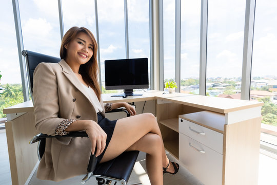 Asian businesswoman sitting and crossed her legs..