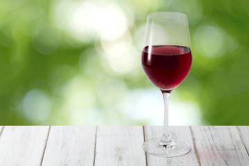 赤ワインと森林背景