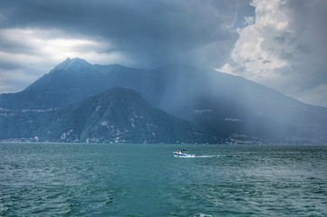 Photo sur Aluminium The boat is floating on the storming Lake Como before a thunderstorm.