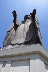 牛久大仏 / 茨城県牛久市にある牛久大仏(うしくだいぶつ)は、ブロンズ(青銅)製大仏立像で全高120mあり、立像の高さでは世界で4番目、ブロンズ立像としては世界最大でギネスブックに登録されています。