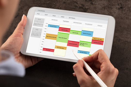 Business woman schedule her weekly program on tablet