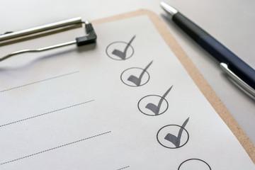 Abhaken einer Checkliste auf einem Klemmbrett