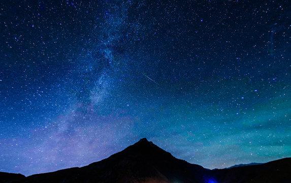 山のシルエットと星空(アイスランド)